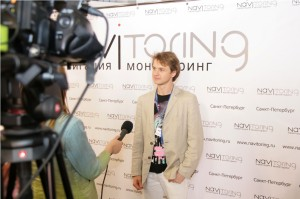 Начальник отдела маркетинга Александр Кувшинов дает интервью журналистам